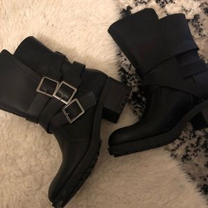 Ankle boots with buckle